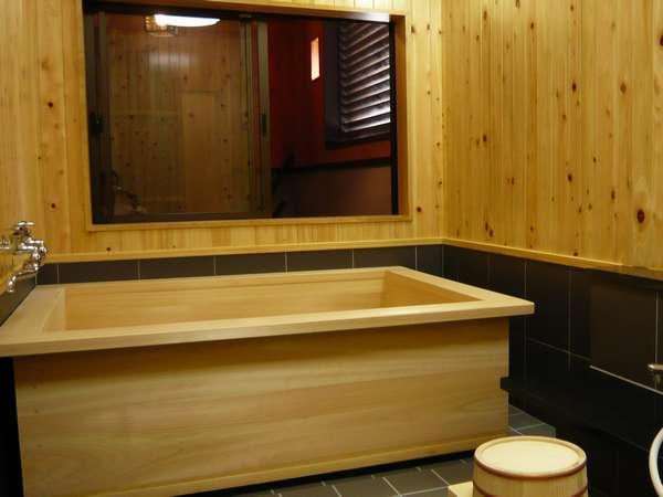 木の温かさぬくもりを一番肌で感じることの出来る場所として檜のお風呂がお客様をおもてなししてくれます。