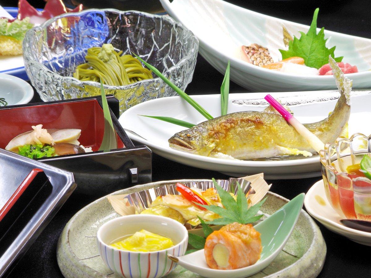 *通常のお食事の一例。川魚料理をはじめ、8~9品をご用意します。