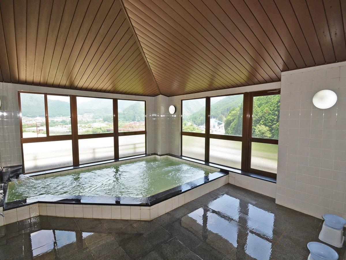 *男湯 広々とした展望浴場からは、遠く高山線の陸橋や飛騨川、飛騨白川の町並や山々が望めます。
