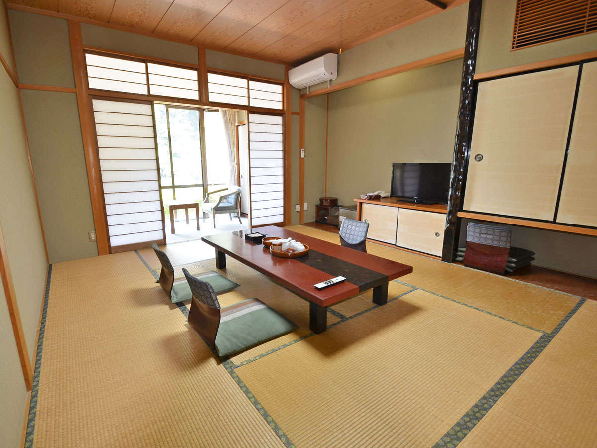 *【和室10畳のお部屋】広めのお部屋は1Fですが、高台にあるため、風景も楽しめます。