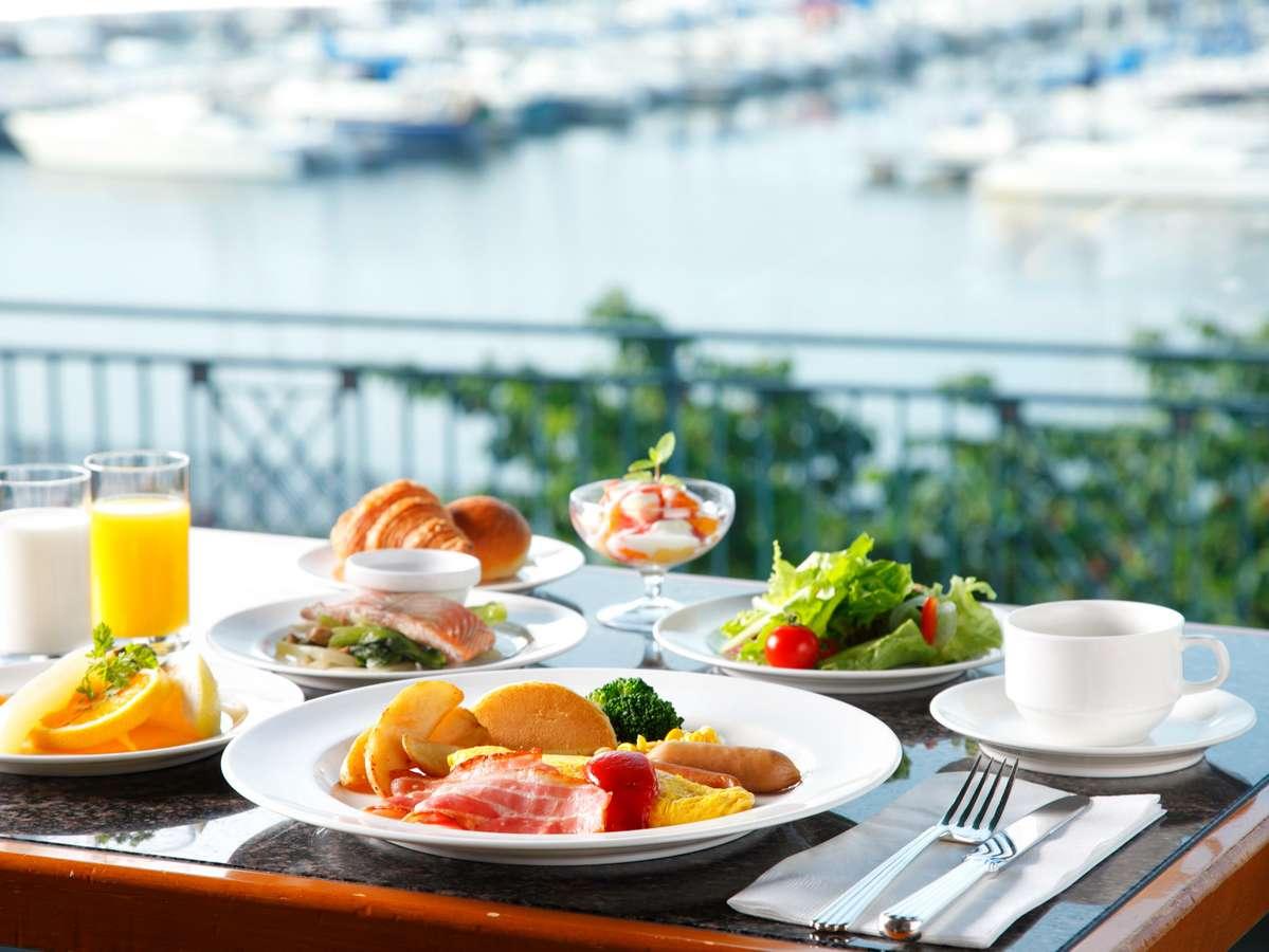 開放感あふれるシーサイドレストランにてご朝食をお楽しみください。