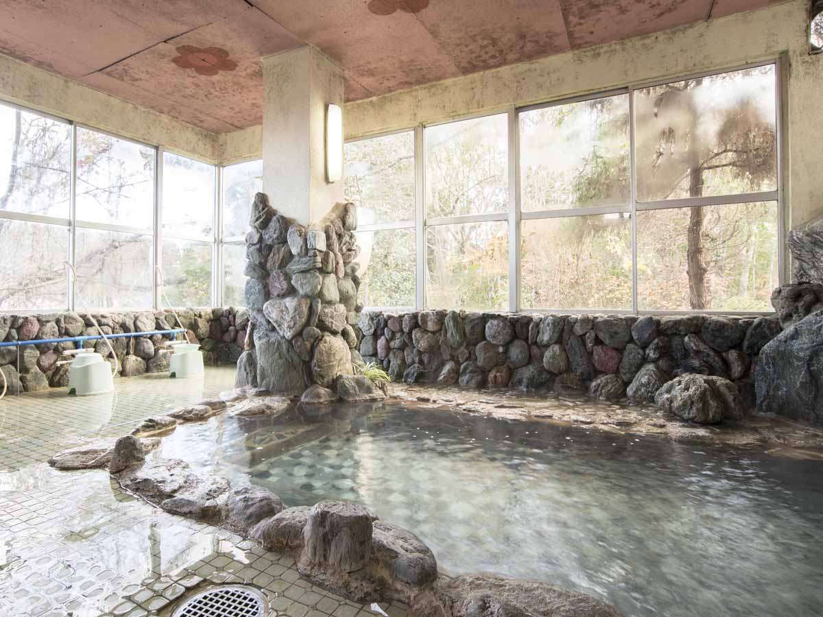 *【温泉(大浴場・男性)】鳥の声や清流のせせらぎは心を安らかに落ち着かせてくれます。