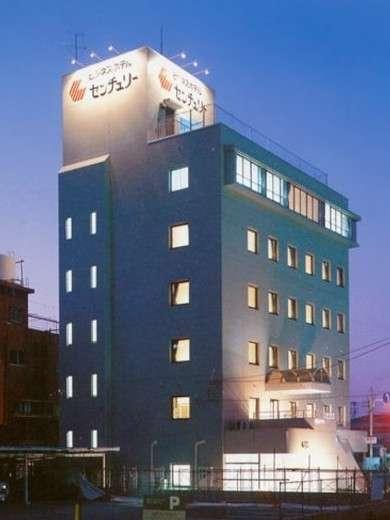 ホテル外観(新飯塚駅から建物上部の看板が見えます)