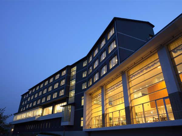 夕暮れ時のホテル本館