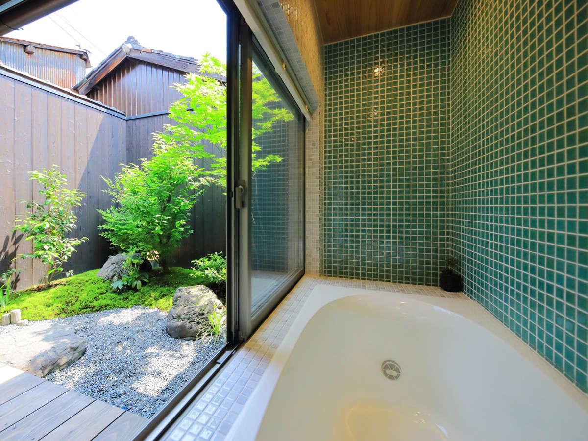 窓を開ければ露天風呂気分の浴室