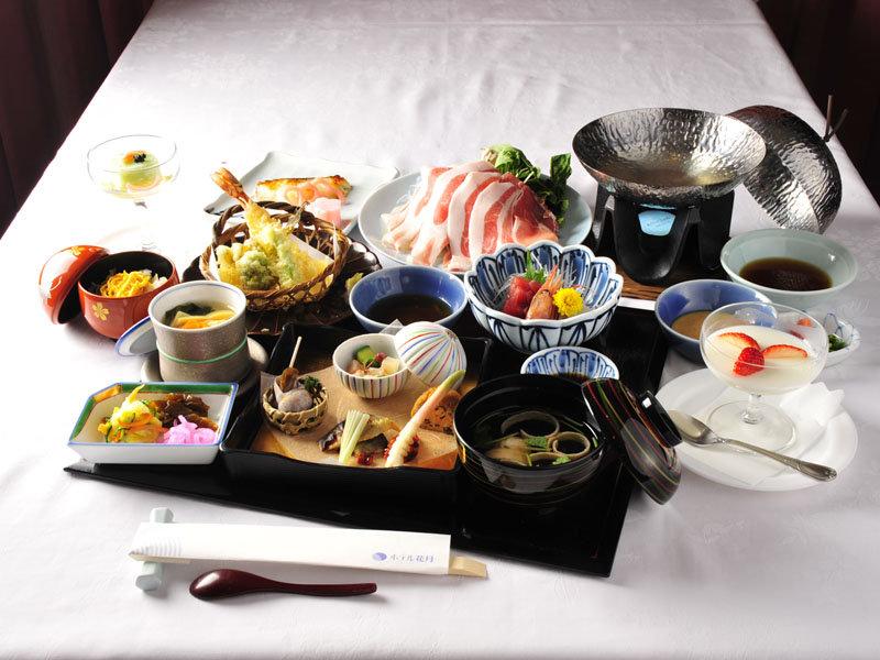 *夕食は、とれたての鮎や山菜、合鴨・猪など、 特製料理の数々を―※写真一例