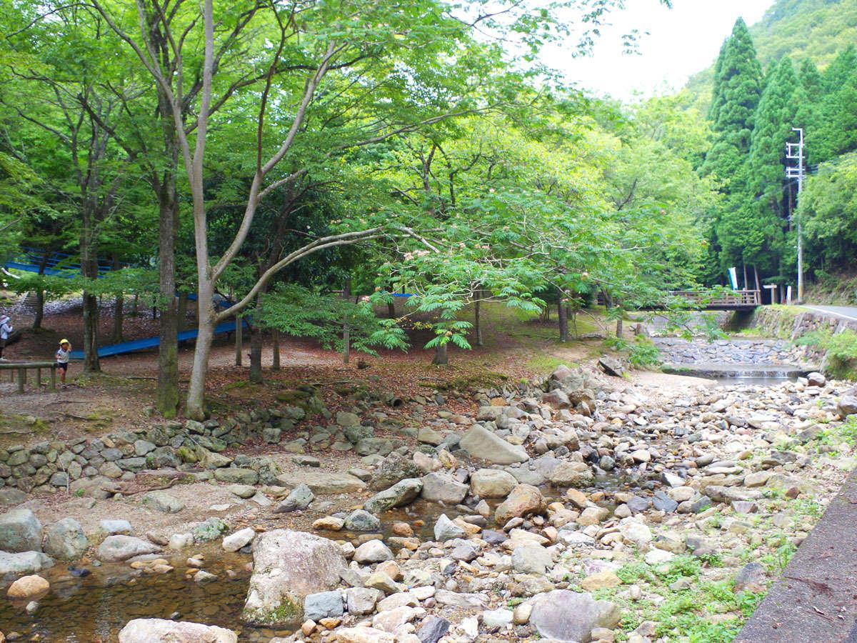 *羅漢の里は小川にそって工房や遊具・コテージがあります。新緑や紅葉の時期もオススメ。