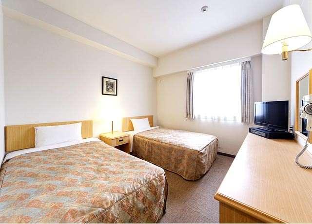 ツインのベッドはシングルサイズのベッドふたつ使用 間にキャビネット