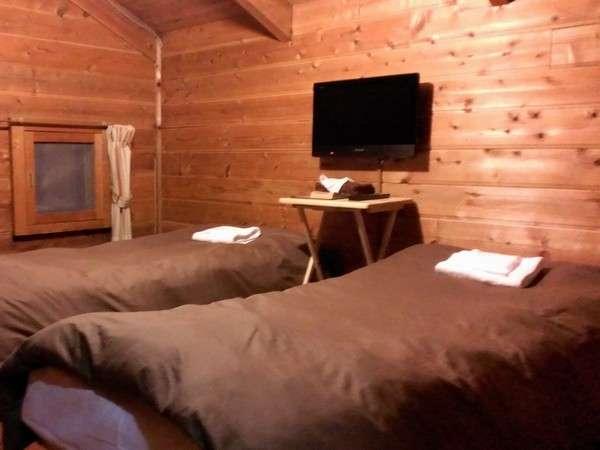 『ツインルーム』山小屋ならではの木の雰囲気を楽しんで下さいませ。