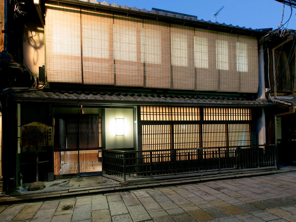 ≪外観(裏側)≫新橋通りに面した当館裏側。伝統的な京町家の造りです。