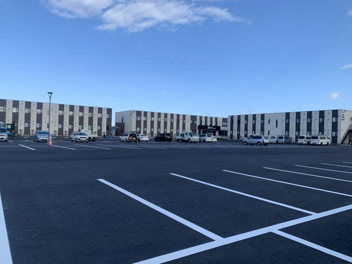 普通車141台、大型トラック26台駐車可能です