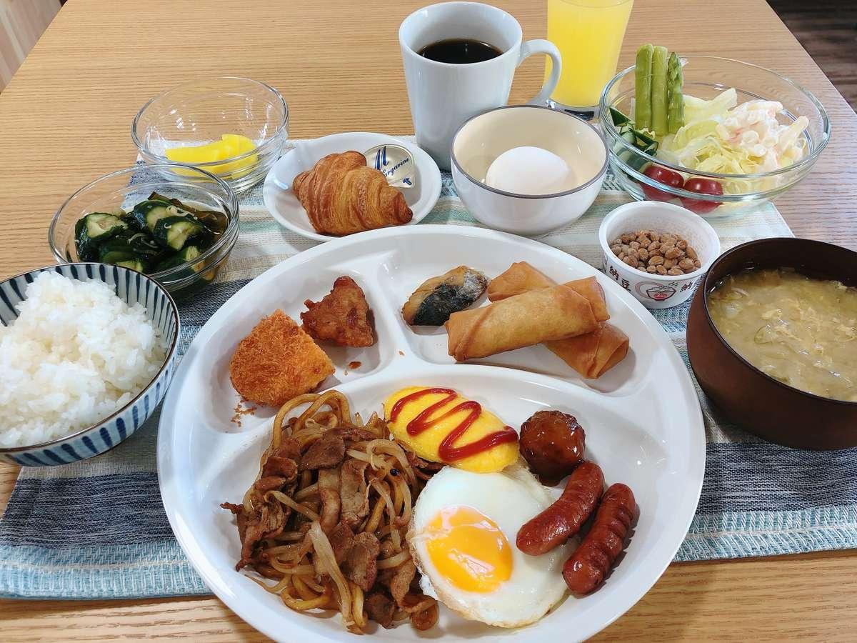 朝食はビュッフェ形式です。なみえ焼きそばもご用意しています。