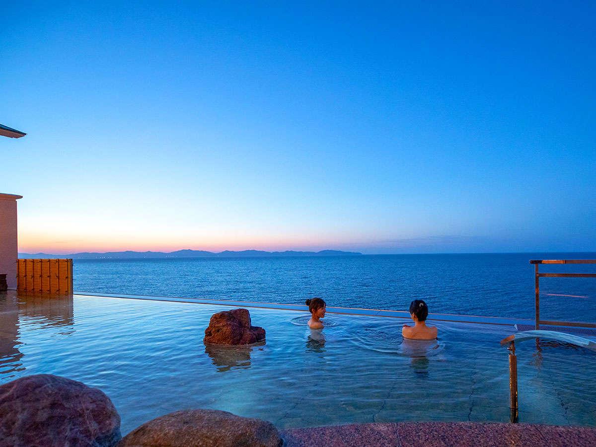 世界で流行のインフィニティ天空露天風呂。皆生で最高所にある温泉。海と空と温泉湯舟が溶け合い幻想的