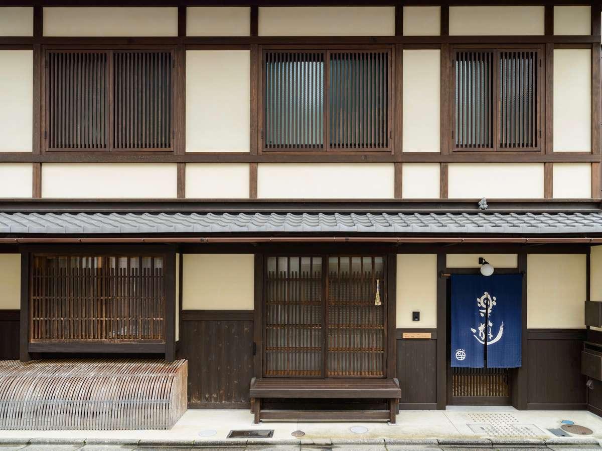格子が印象的な外観。2階は客室。伝統的な京町家の造作です。