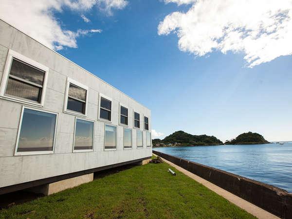 *吉村靖孝建築設計事務所による設計、そして海やフットサルコートが見渡せる景観