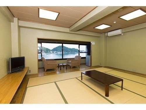 7名定員和室 窓の外には海が広がります。