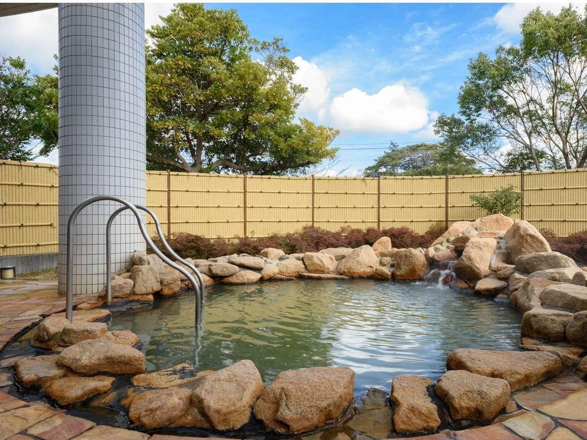 開放的な露天風呂でゆったり日頃の疲れを癒してください。