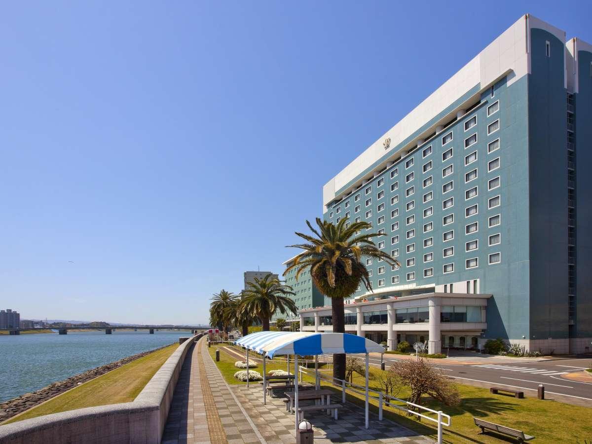 リバーサイドのホテル。大淀川は対岸まで約200mあり、海までは約2km。朝、夕の散歩がおススメです。