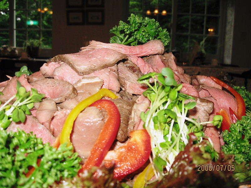 夕食時の自家製ローストビーフ