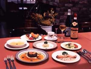 洋食のコース。サラダ、オードブル、スープ、魚料理、お肉料理とライス、デザートにコーヒーか紅茶