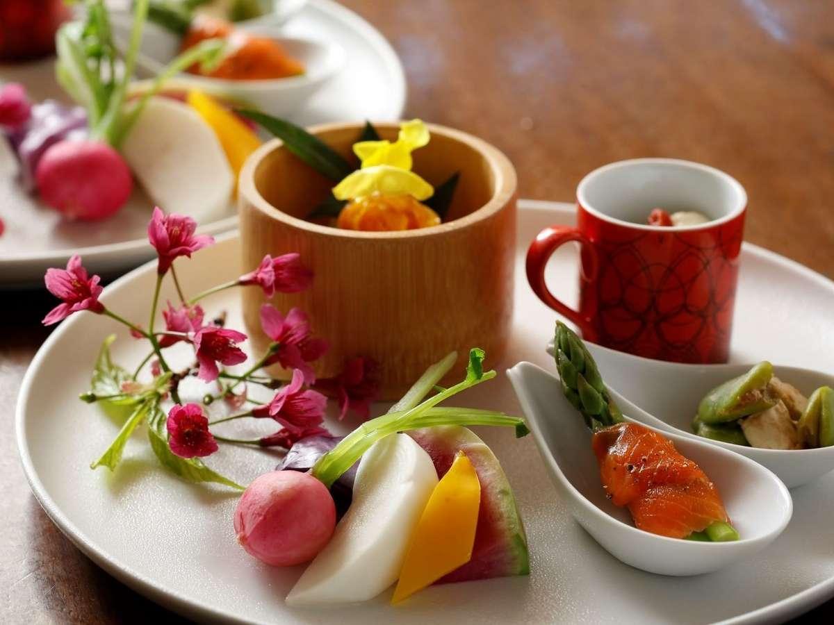 【ある日の夕食 前菜パレット】季節の野菜や小料理を7品ほど