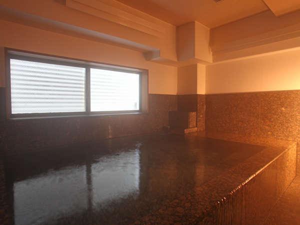 男性大浴場「朋泉の湯」は様々な効能がある炭酸カルシウム温泉です。営業時間は毎日16:00~25:00です。