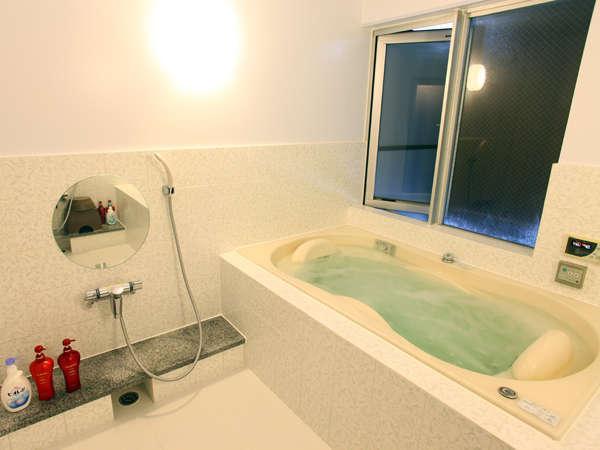 完全予約制(最終受付21:00迄)。女性・ご家族用に貸切ジャグジー風呂がございます。