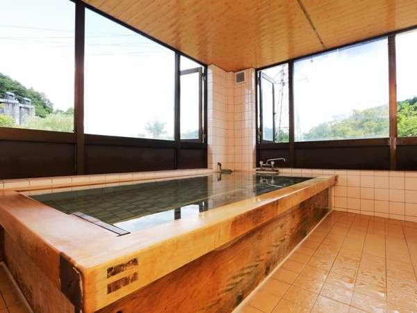 【風呂】コウヤマキの浴槽に満ちるラジウム泉。あたたまります。