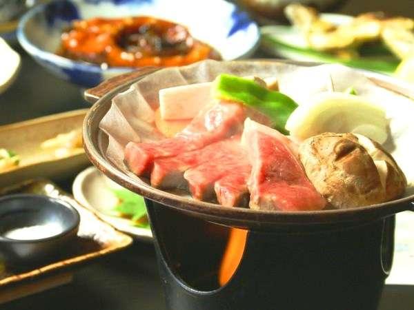 <夕食_グレードアップ>お肉の旨みを味わって頂きたい!ご当地飛騨牛の陶板焼きがメインです。