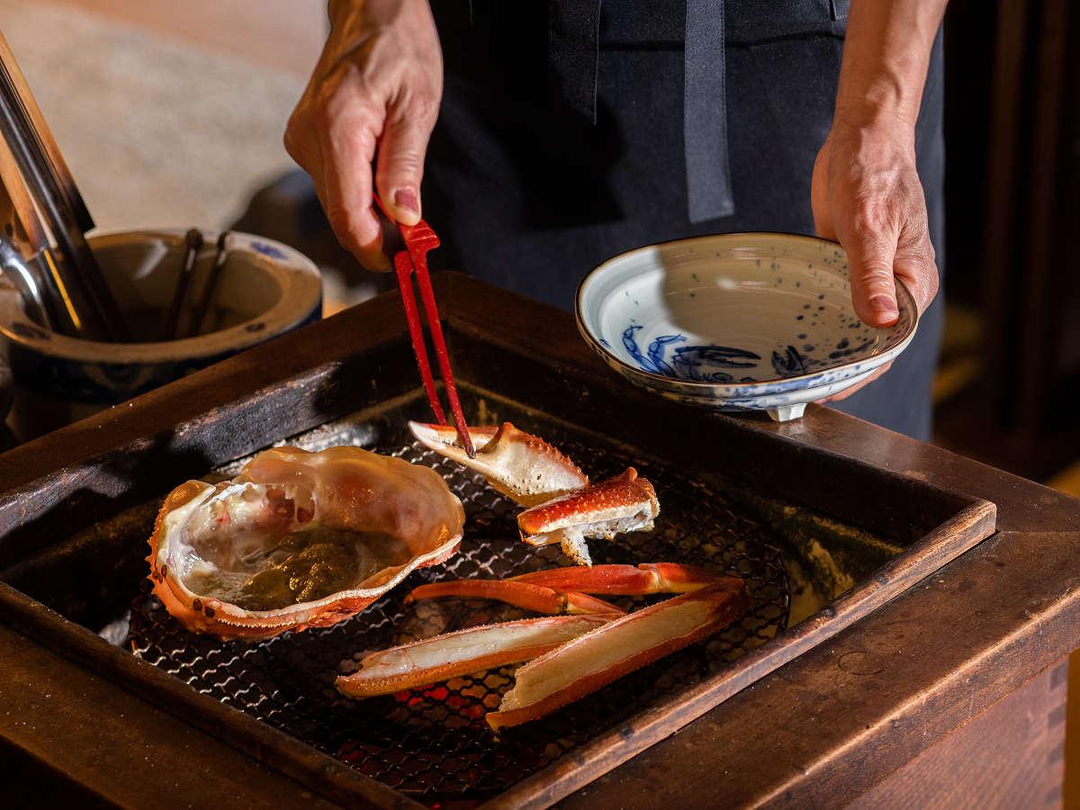 炭火で焼く焼きガニは、お客様の目の前で焼かせていただきます。一番おいしいタイミングでどうぞ