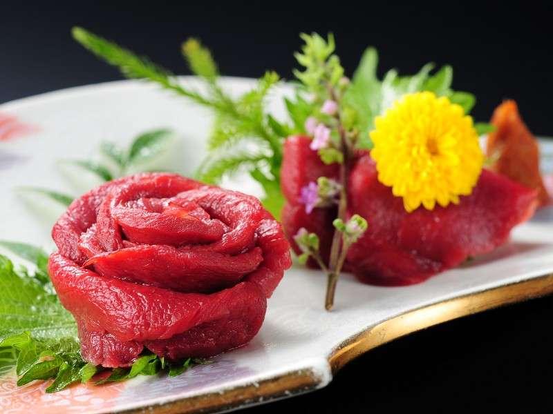 【ご夕食・別注料理】「さくら刺し(馬刺し)」醤油とにんにく辛し味噌でお召し上がりください。