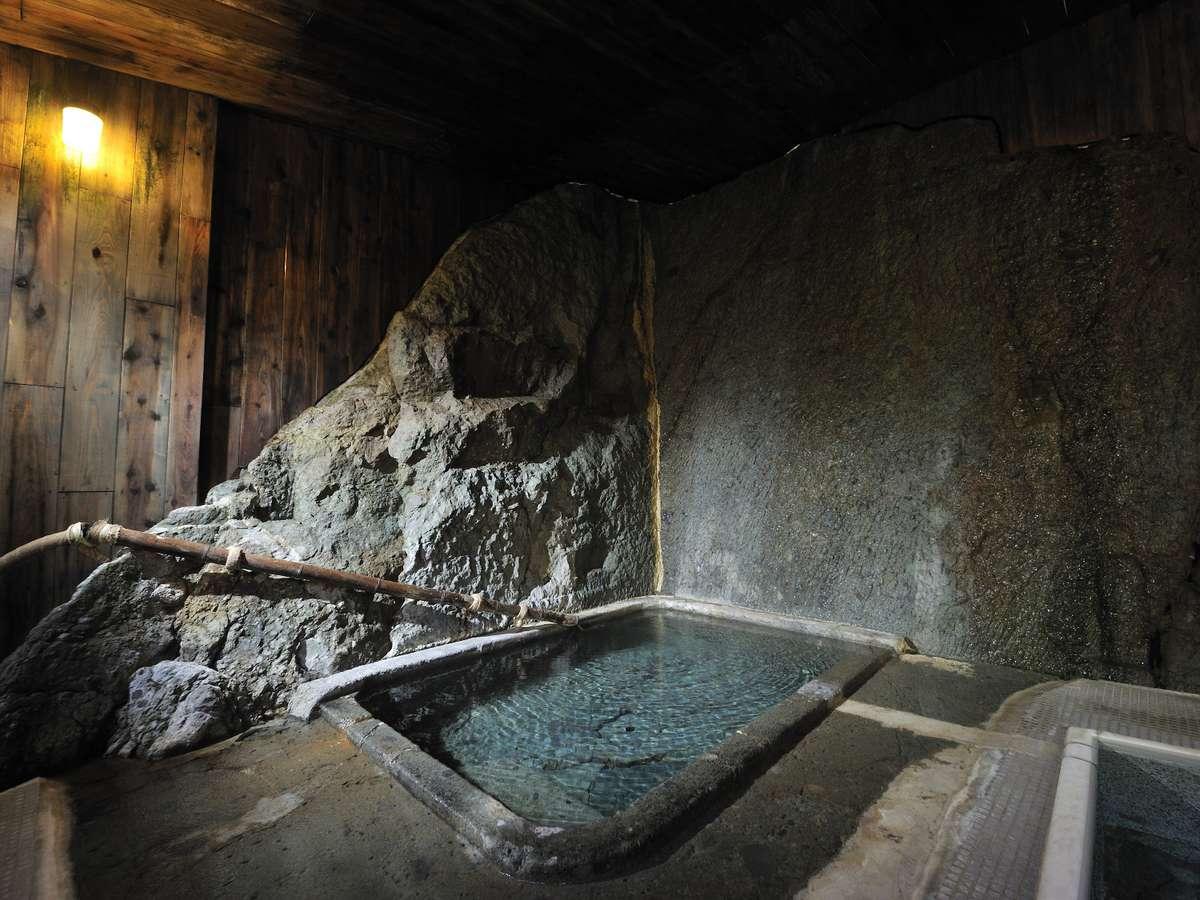 【千年の湯】会津藩主松平家ゆかりの天然岩風呂。湯底から湯が湧き出る贅沢なお風呂。(貸切可)