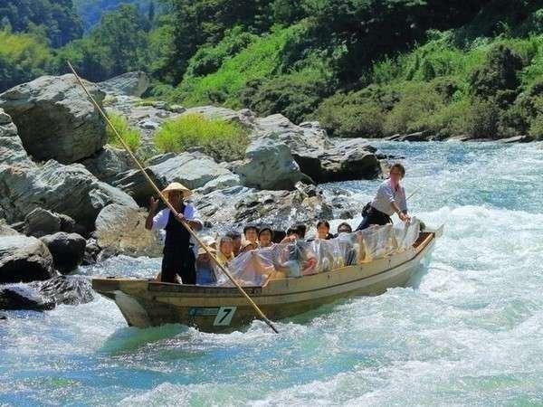 【長瀞ライン下り】車で10分 岩畳と四季折々変わる景色を川から眺める舟下り