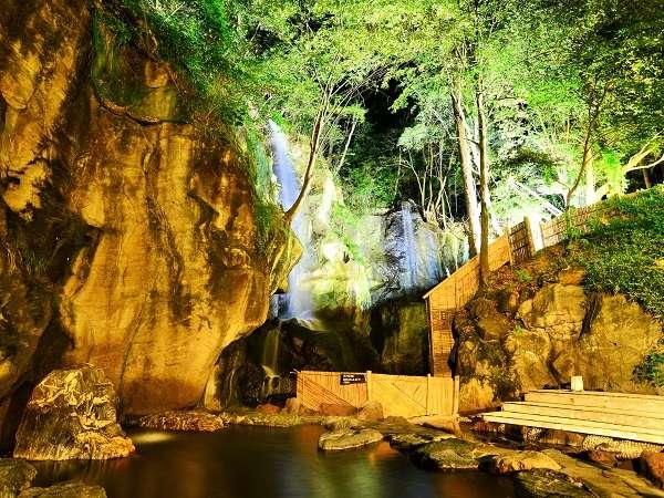 夜の混浴大露天風呂(水着着用) ライトアップされた滝が幻想的。