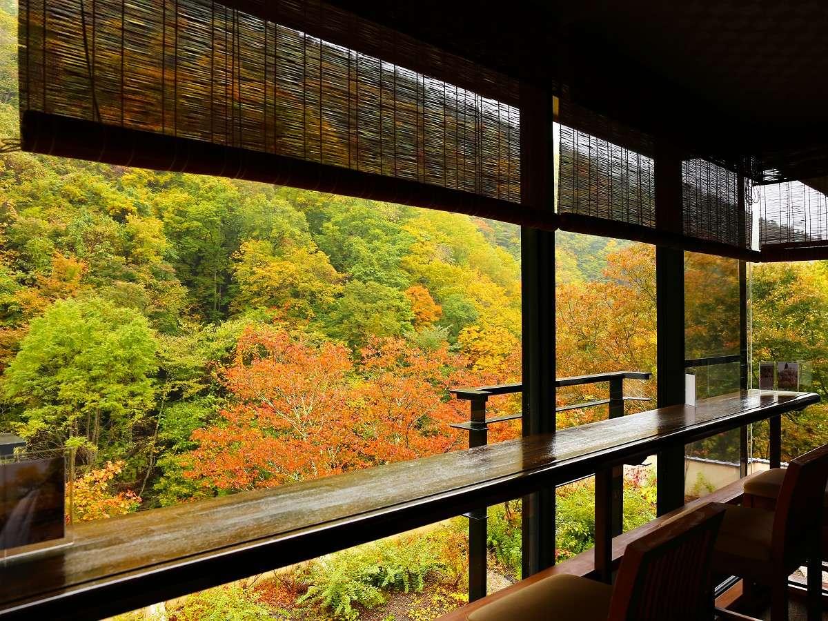 【施設】紅葉香漂う秋の月見台。