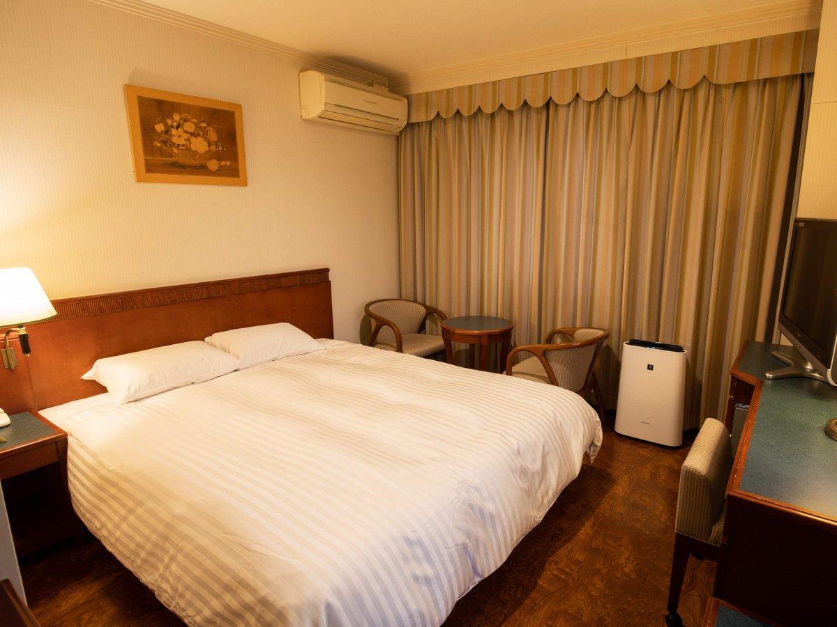 クイーンルーム(客室一例)約160cm幅のクイーンサイズのベッドでごゆっくりおくつろぎいただけます。