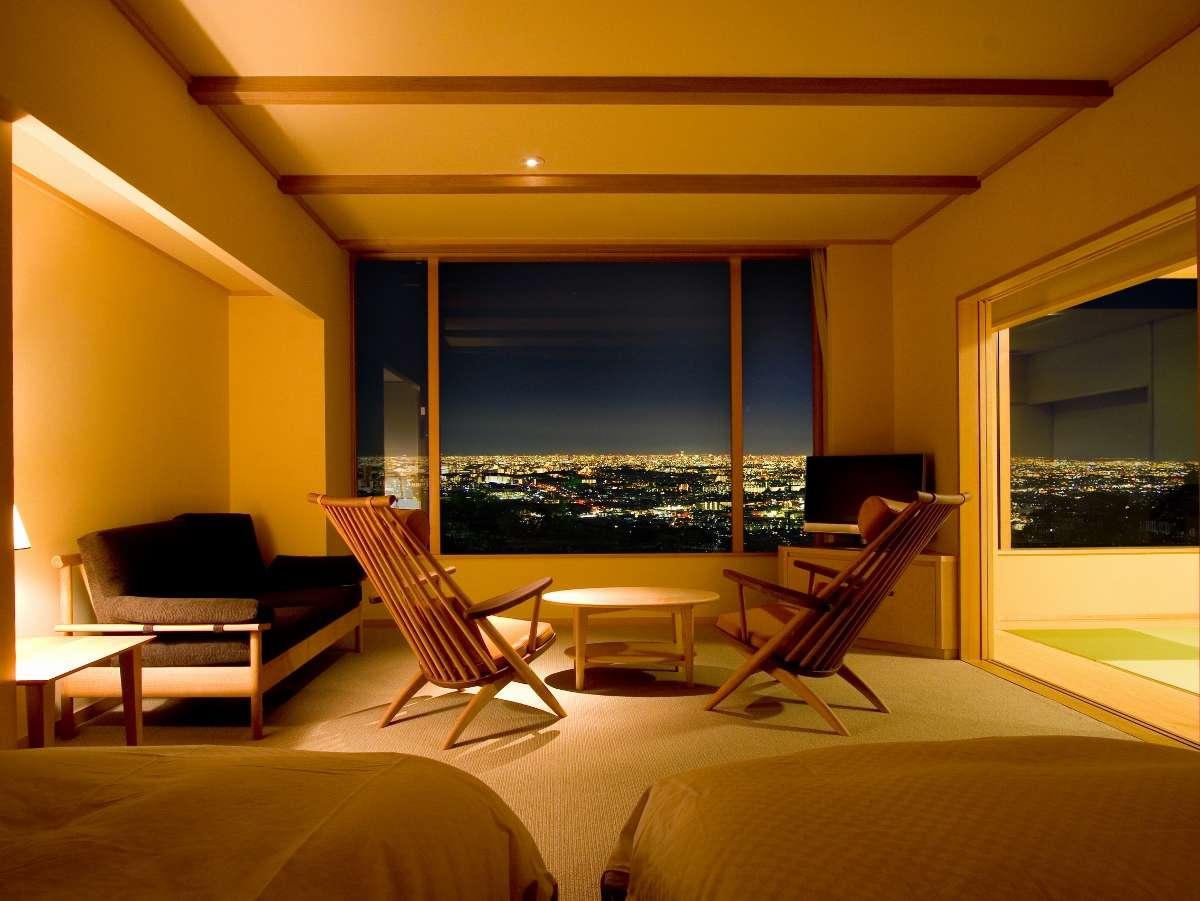 ★和洋室「すみれ」は北欧風のお部屋。並んだソファに腰かけてロマンチックなひとときを。