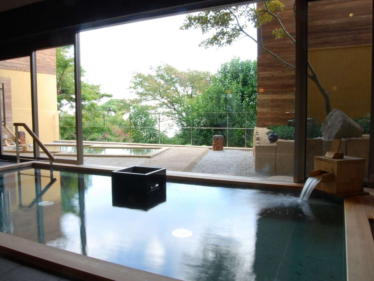 ★大浴場「こもれびの湯」の内湯。遠赤外線効果のある鉱石を使っており、体の芯からよく温まります。