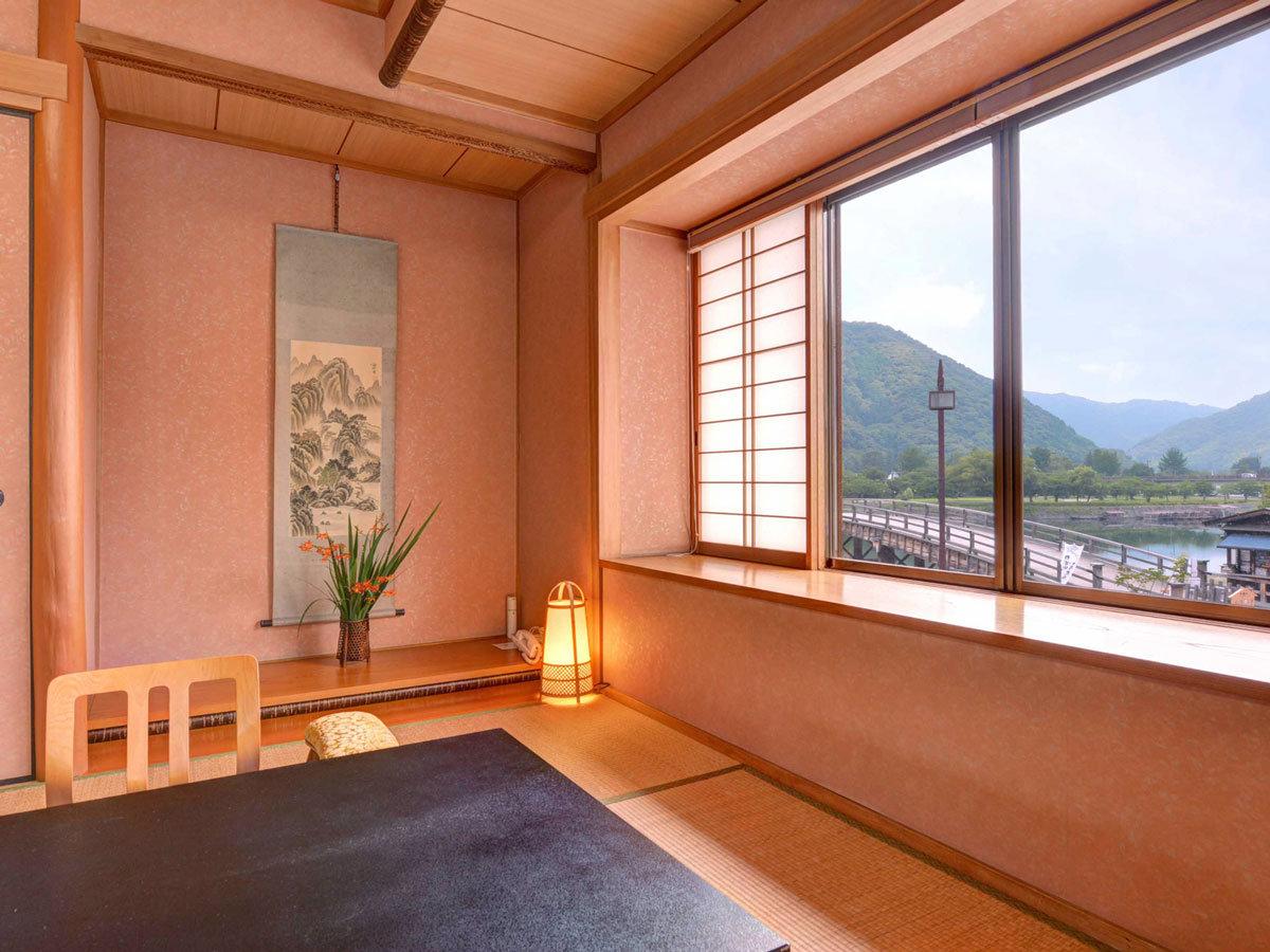 """*各客室からは、日本三大奇橋のひとつ""""錦帯橋""""が望めます。ゆっくり寛ぎながら旅情に浸るひと時を。"""