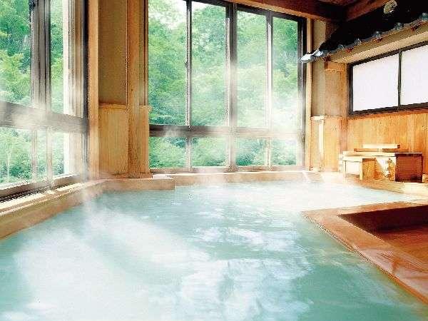 新緑の檜風呂は当館自慢の硫黄泉 にごり湯 です。