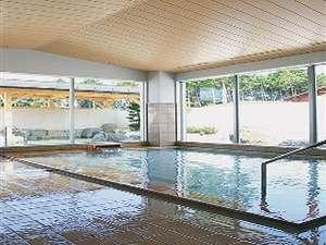 【内湯】大きな窓が開放的!薬草風呂もご用意しております。ご利用時間/~23時まで(最終受付22時半)