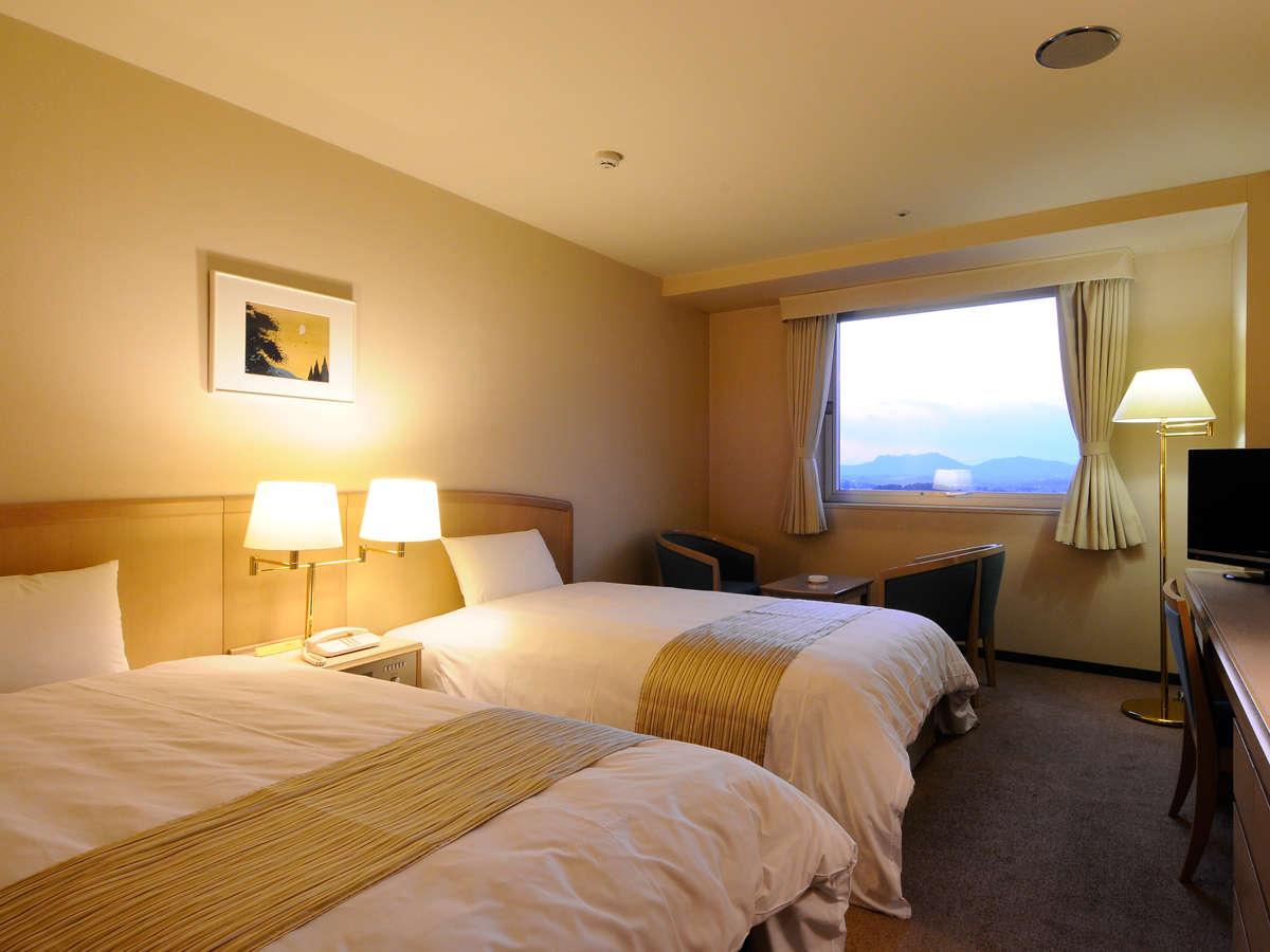 【ツイン(例)】ご夫婦やカップルの2人旅に。琵琶湖側に面した窓からは湖東平野を一望する事が出来ます。