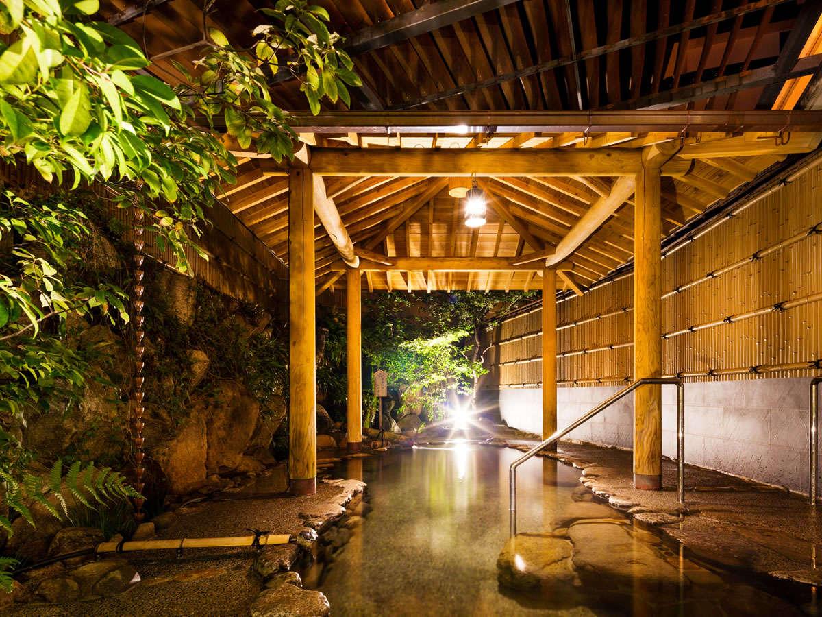 【露天風呂】雰囲気のある夜の露天風呂 かけ流し