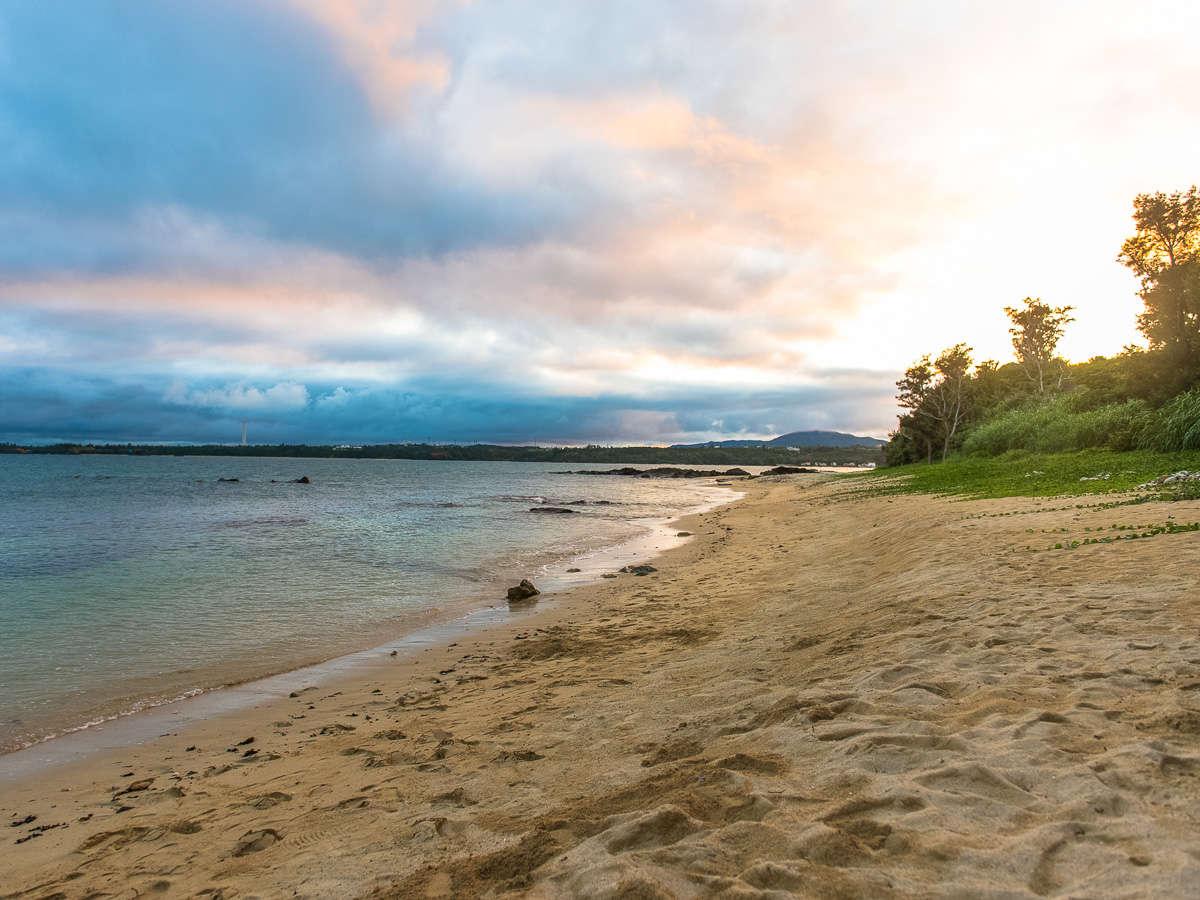 朝日を見ながらの散歩も出来るプライベートビーチ。冬場は空が澄んで特にステキ。