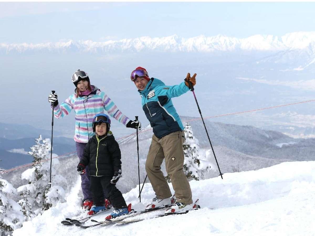 ご家族で楽しくスキー♪小学生のお子さまは焼額山スキー場リフト券が全日無料!