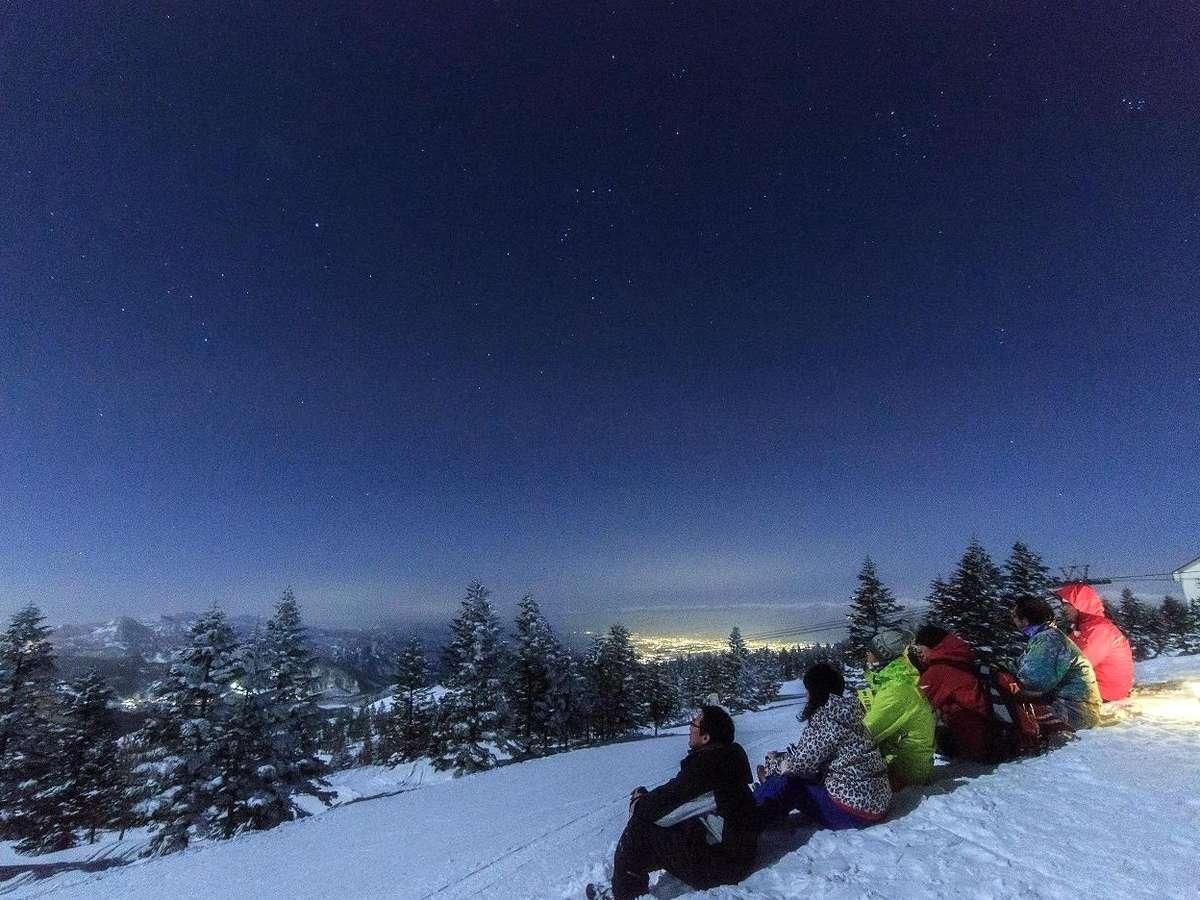 ナイトゴンドラに乗って、標高2,000mの山頂へ。土曜日に運行!