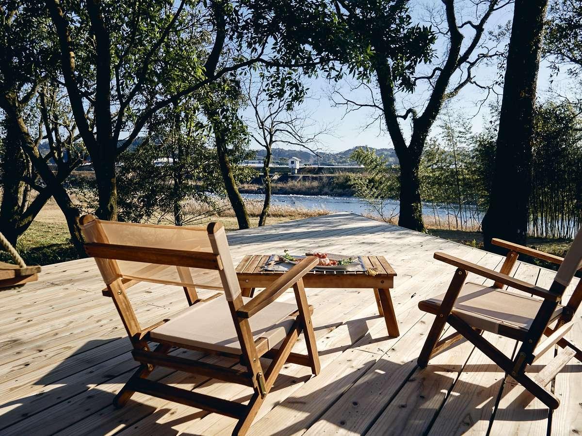 綾北川に向かってのびる大きなウッドデッキ。カフェも朝食もここでOK。