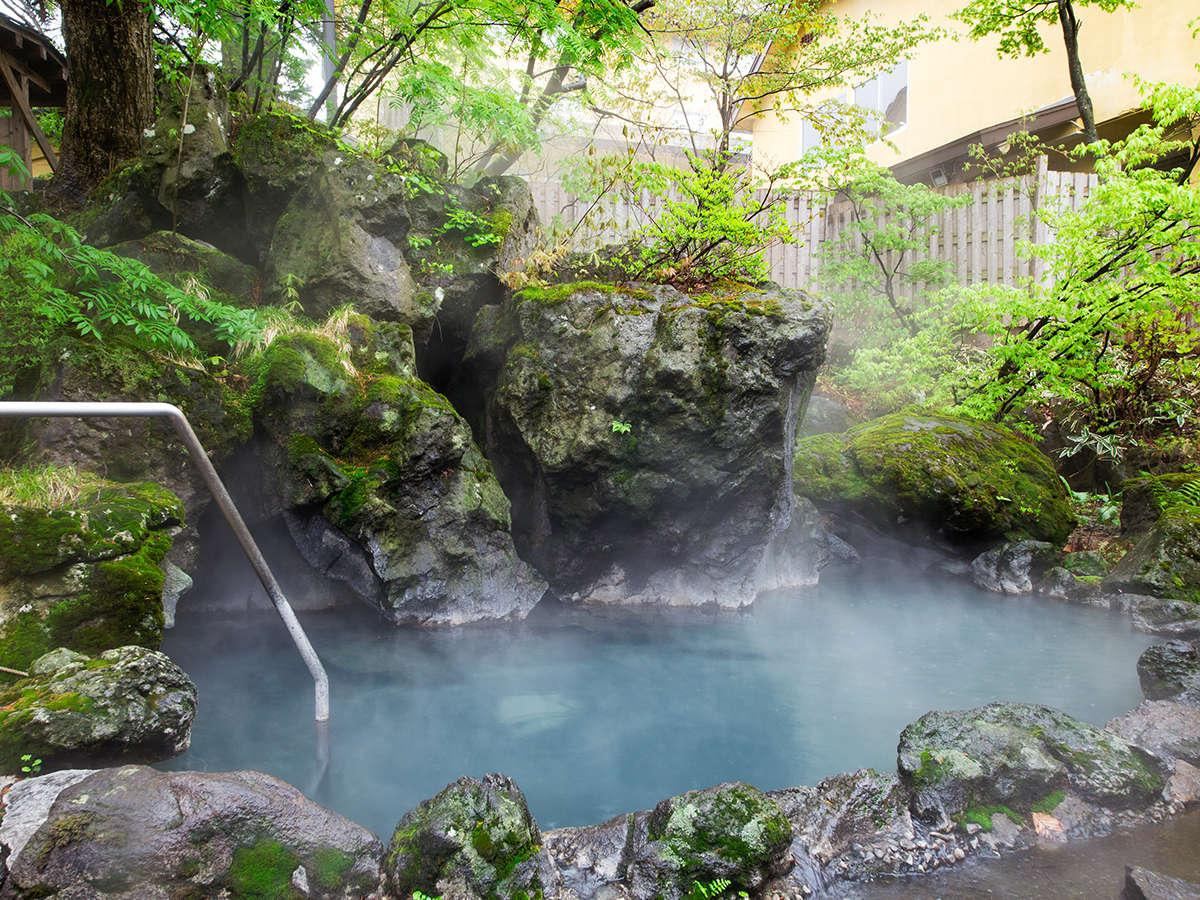建屋に囲まれた殿方用露天岩風呂。