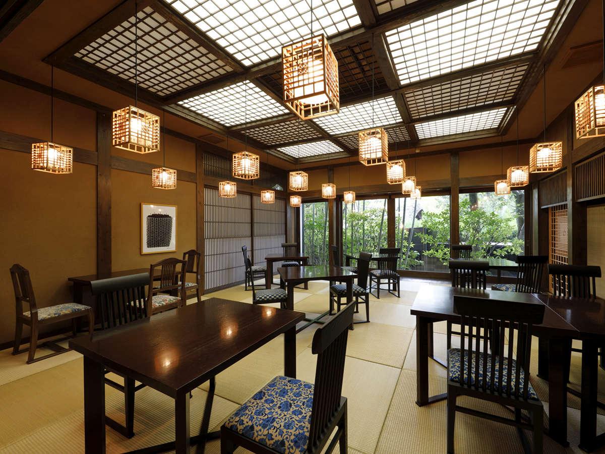 【大人のレストラン】畳敷きにテーブルのやさしい空間に、心地よい音楽が流れる『大人のレストラン』です。