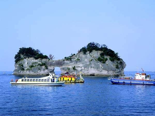 【観光・施設】島の中央にぽっかり穴が空いてることから円月島と呼ばれ親しまれる白浜のシンボル